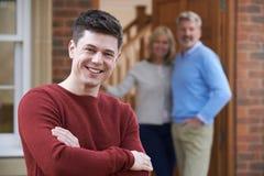 Retrato del hombre joven con los padres en casa fotos de archivo