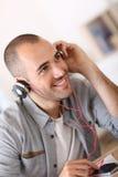 Retrato del hombre joven de moda con los auriculares Fotografía de archivo