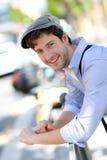 Retrato del hombre joven de moda en ciudad Imagen de archivo libre de regalías