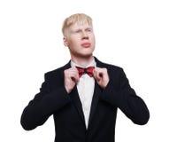 Retrato del hombre joven del albino en el traje aislado Fotografía de archivo