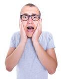 Retrato del hombre joven divertido en vidrios con los apoyos en scre de los dientes Fotografía de archivo