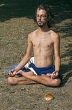 Retrato del hombre joven durante su sesión de la yoga Foto de archivo