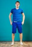 Retrato del hombre joven en azul Foto de archivo