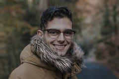 Retrato del hombre joven en el bosque Fotografía de archivo
