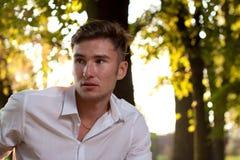 Retrato del hombre joven en el parque Fotografía de archivo libre de regalías