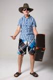 Retrato del hombre joven en gafas de sol con suitcas Fotografía de archivo libre de regalías