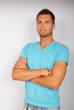 Retrato del hombre joven en la camiseta azul Foto de archivo