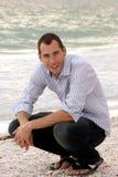 Retrato del hombre joven en la playa Imágenes de archivo libres de regalías