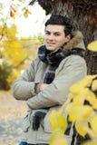 Retrato del hombre joven en parque. Imagenes de archivo