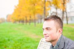 Retrato del hombre joven en parque del otoño Imagen de archivo libre de regalías