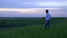 Retrato del hombre joven en puesta del sol almacen de video