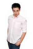 Retrato del hombre joven en una camisa blanca Fotos de archivo libres de regalías