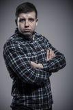 Retrato del hombre joven estricto con los brazos cruzados Imagenes de archivo