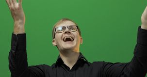 Retrato del hombre joven feliz atractivo celebrar Pantalla verde Llave de la croma fotos de archivo libres de regalías