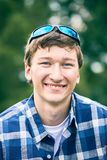 Retrato del hombre joven feliz con las gafas de sol Imagen de archivo libre de regalías