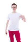 Retrato del hombre joven feliz en camiseta en blanco que señala en sí mismo Fotos de archivo libres de regalías