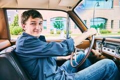 Retrato del hombre joven feliz que conduce su coche Fotos de archivo