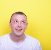 Retrato del hombre joven feliz que mira para arriba Imagen de archivo