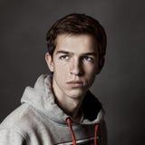 Retrato del hombre joven hermoso en fondo gris, Imagen de archivo libre de regalías