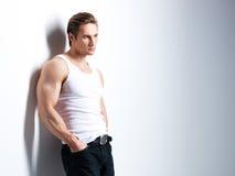 Retrato del hombre joven hermoso en la camisa blanca Imagen de archivo