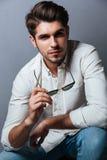 Retrato del hombre joven hermoso en la camisa blanca con las gafas de sol fotografía de archivo libre de regalías