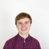 Retrato del hombre joven hermoso feliz en el fondo blanco Fotos de archivo libres de regalías