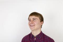 Retrato del hombre joven hermoso feliz en el fondo blanco Imagen de archivo libre de regalías