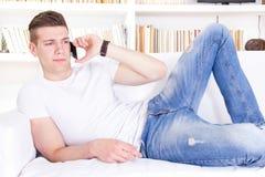 Retrato del hombre joven hermoso que habla en el teléfono móvil Fotos de archivo