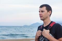 Retrato del hombre joven hermoso que se opone a una playa Imágenes de archivo libres de regalías