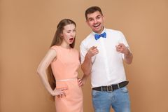 Retrato del hombre joven hermoso y de la mujer hermosa en vestido rosado foto de archivo