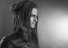 Retrato del hombre joven Individuo atractivo hermoso elegante con los Dreadlocks Imagenes de archivo