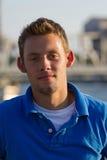 Retrato del hombre joven a lo largo del canal Foto de archivo