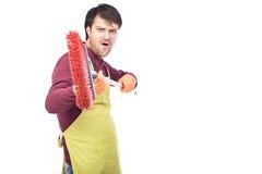 Retrato del hombre joven nervioso que lleva a cabo un barrido, imagen conceptual Foto de archivo