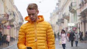 Retrato del hombre joven nervioso que siente confundido expresando la vacilación ansiosa de la distracción en la calle Concepto d almacen de metraje de vídeo