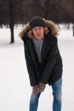 Retrato del hombre joven que camina en parque del invierno Fotografía de archivo libre de regalías