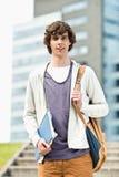 Retrato del hombre joven que se coloca en el campus de la universidad Fotos de archivo