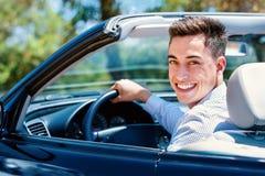 Retrato del hombre joven que se sienta en coche Fotografía de archivo libre de regalías