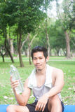 Retrato del hombre joven sano que sostiene la botella de agua Fotografía de archivo