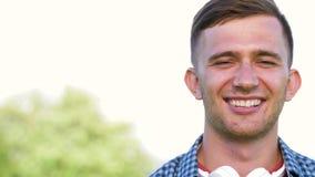 Retrato del hombre joven sonriente al aire libre en verano metrajes