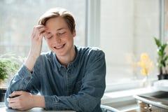 Retrato del hombre joven sonriente en café Imagenes de archivo