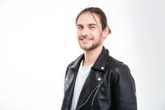 Retrato del hombre joven sonriente hermoso en chaqueta de cuero negra Imagen de archivo libre de regalías