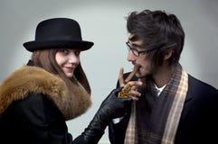 Retrato del hombre joven y de mujeres con el cigarro y el cig Foto de archivo