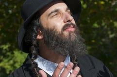 Retrato del hombre judío ortodoxo de rogación sonriente de los jóvenes que mira para arriba Imagen de archivo