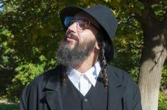 Retrato del hombre judío ortodoxo joven con la barba negra Fotos de archivo libres de regalías