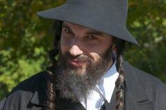 Retrato del hombre judío ortodoxo joven con la barba negra Foto de archivo