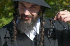 Retrato del hombre judío ortodoxo joven que sostiene las lentes Imagen de archivo