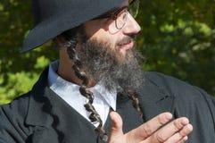 Retrato del hombre judío ortodoxo sonriente de los jóvenes que mira para arriba Fotografía de archivo