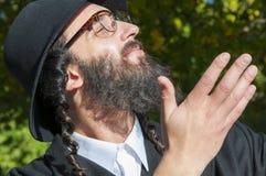 Retrato del hombre judío ortodoxo sonriente de los jóvenes que mira para arriba Fotografía de archivo libre de regalías