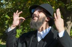 Retrato del hombre judío ortodoxo sonriente que sostiene Sidelocks largo, Peyot, Payot Imagen de archivo libre de regalías