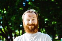 Retrato del hombre maduro astuto divertido feliz con el pelo y la barba rojos Foto de archivo